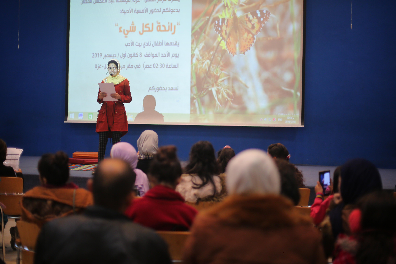 الطفلة بتول أبو عقلين خلال مشاركتها في فعاليات نادي بيت الأدب بمركز الطفل-غزة