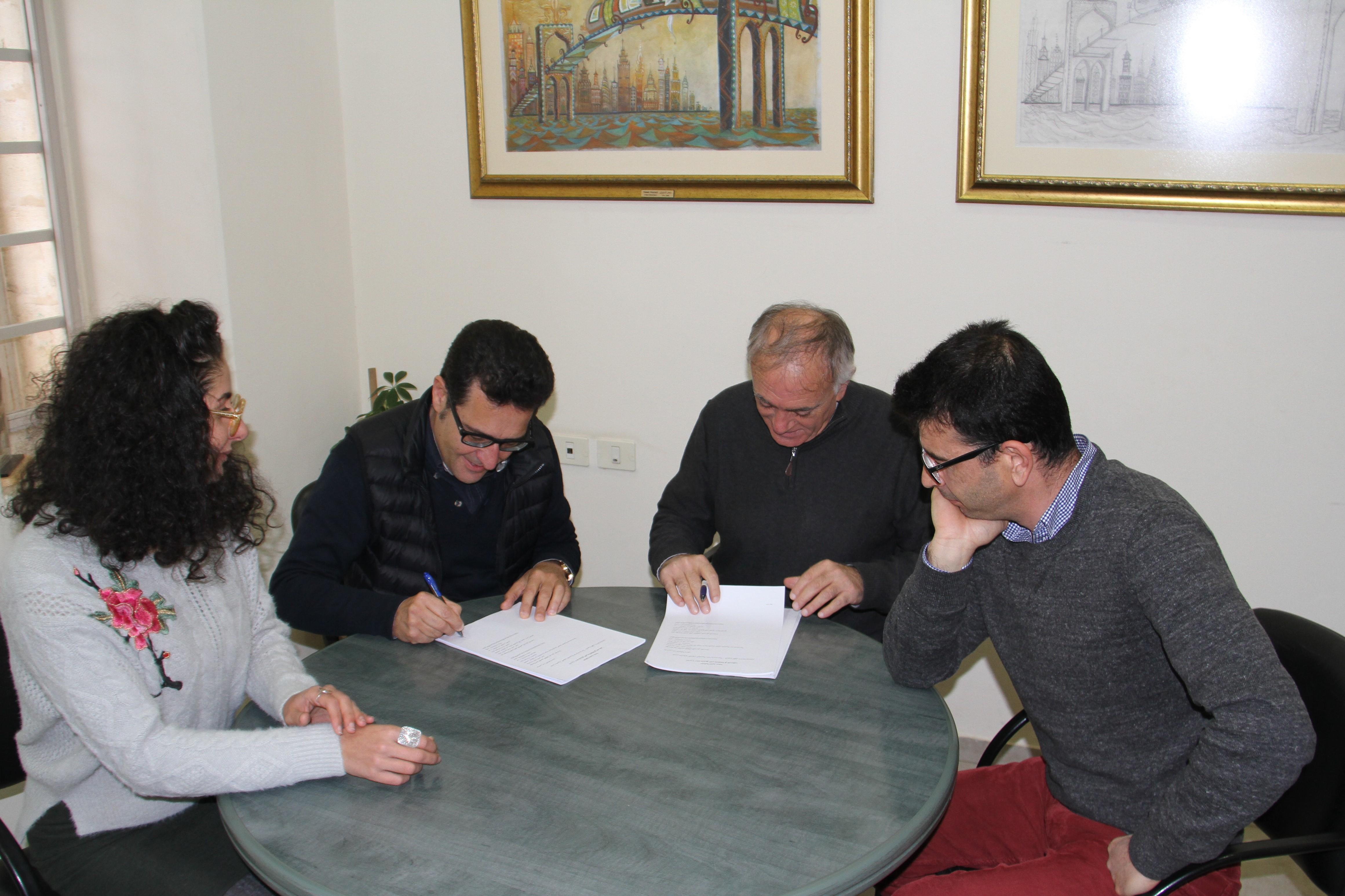 جانب من توقيع الاتفاقية مع مؤسسة المعمل للفن المعاصر