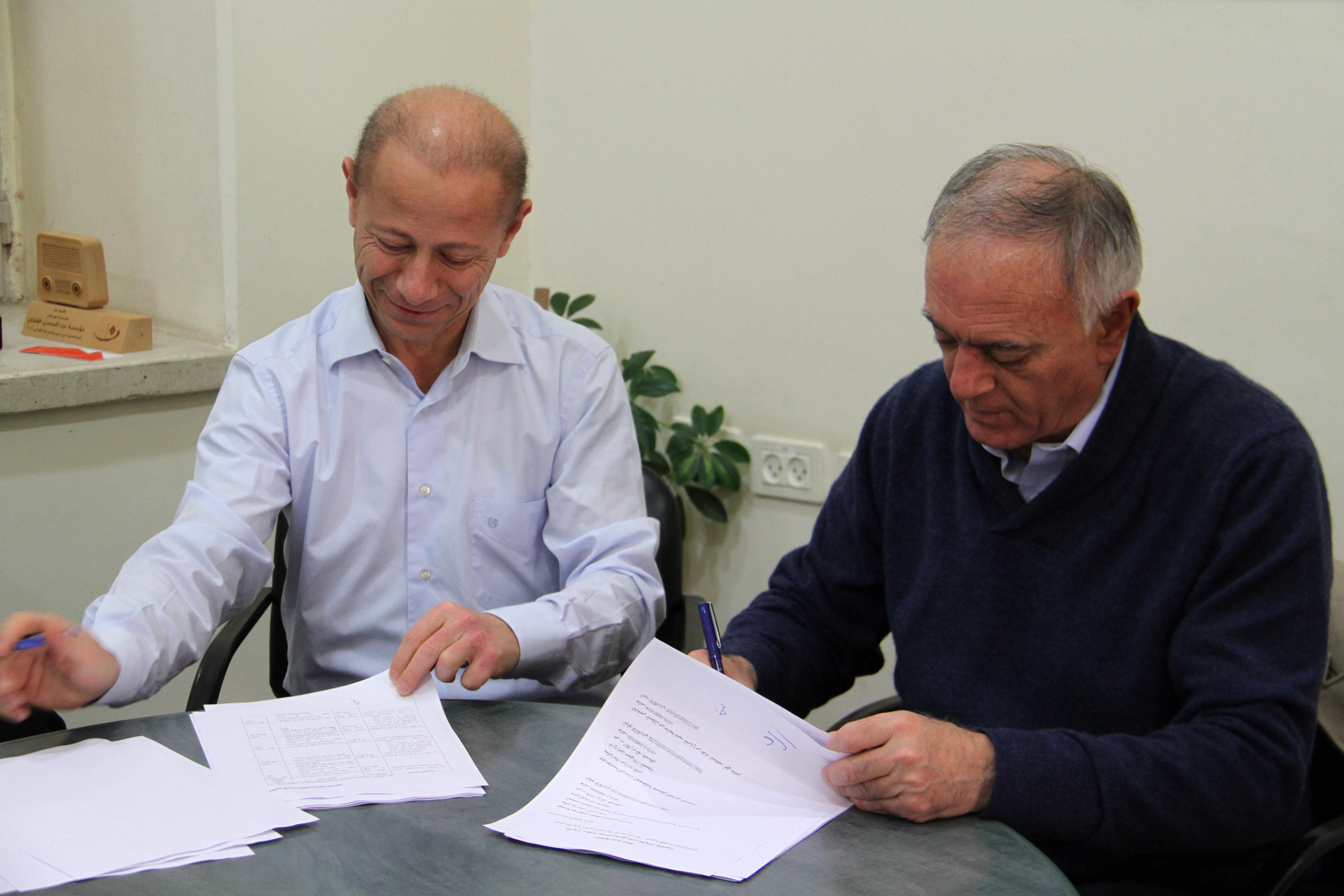 أثناء توقيع اتفاقية المنحة مع مؤسسة الدراسات الفلسطينية ومجموعة دار جاسر